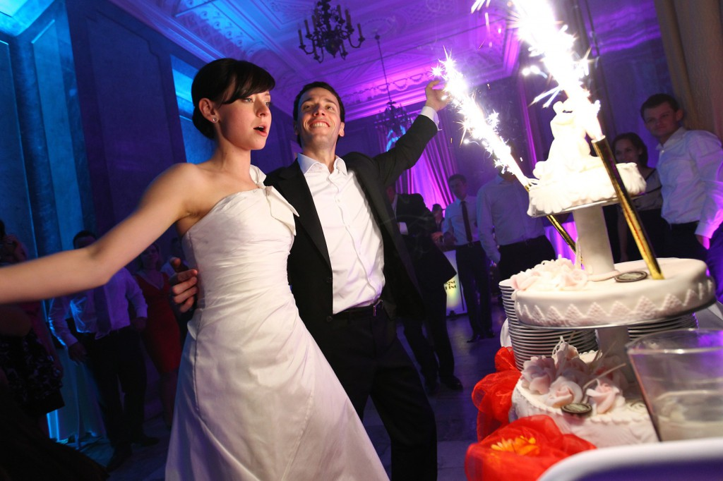 Para Młoda i tort weselny