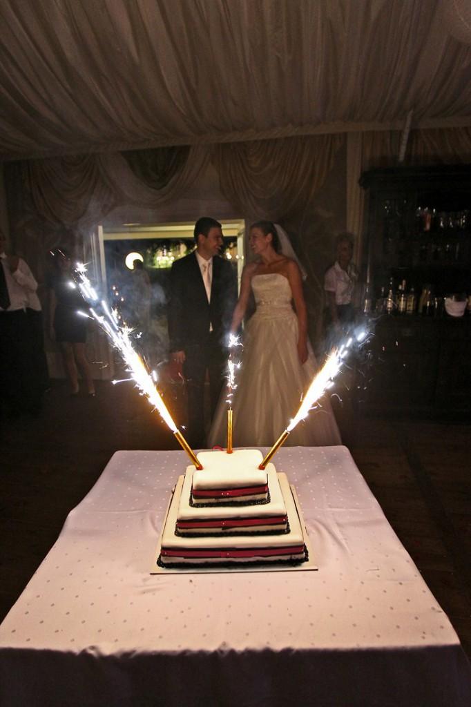 Podanie tortu weselnego