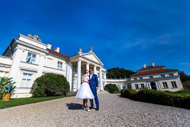 Sesja ślubna z pałacem w tle