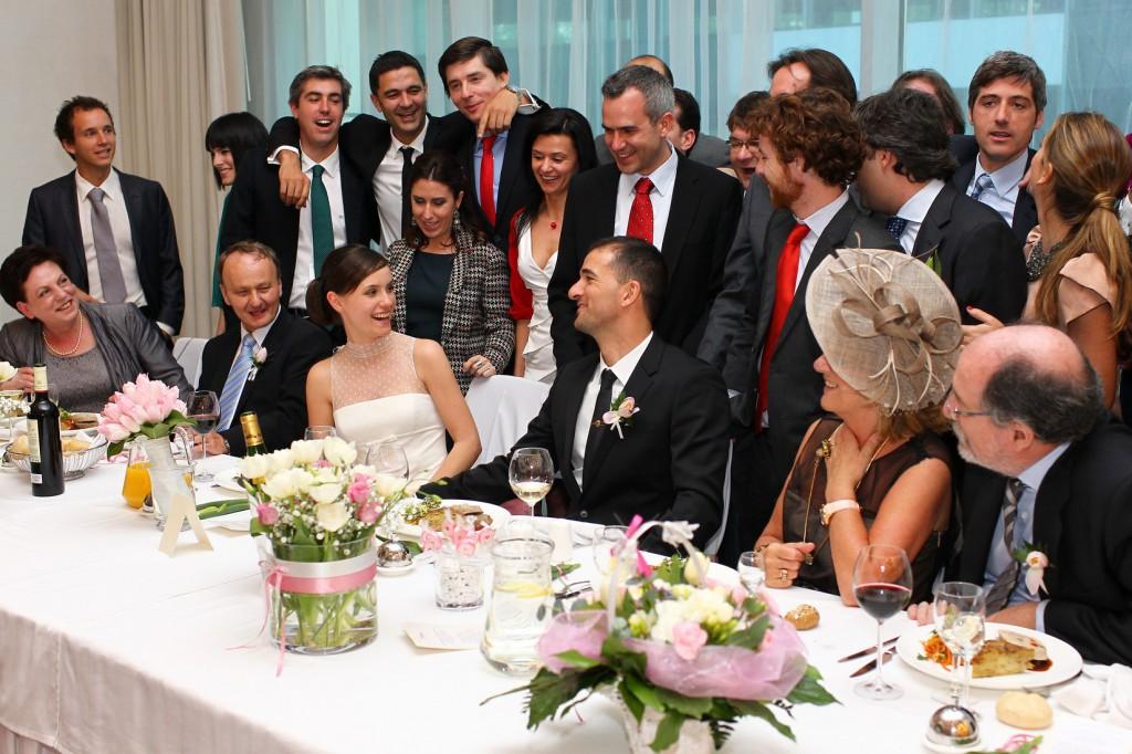Para Młoda przy stole